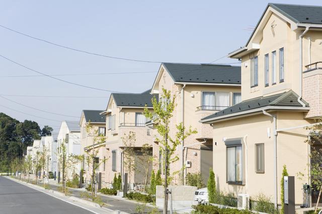 不動産(土地、建物、マンションなど)を所有されていた方が亡くなった場合、不動産の所在地を管轄する法務局(登記所)に相続登記を申請しなければなりません。